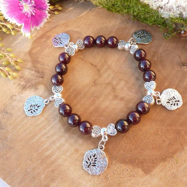 bracelet grenat et breloques arbre de vie femme1