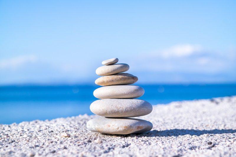 cailloux blancs mer plage zen méditation sérénité calme détente paix stress angoisse soin énergétique