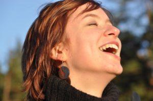 femme rire joie bonheur sérénité paix nature